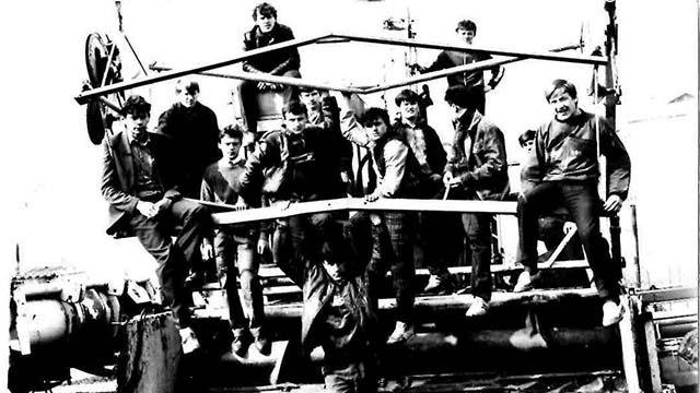 учні біля майстерні училища №42